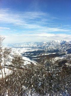 雪に覆われた山の頂上に立っている人々 のグループの写真・画像素材[1293857]