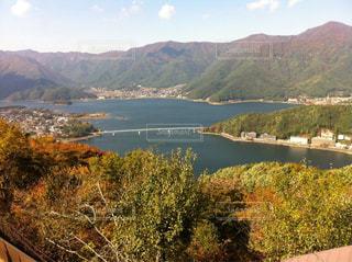 背景の山と水体の写真・画像素材[1293890]