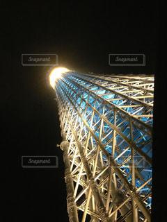 大きなタワーが夜ライトアップの写真・画像素材[1293959]