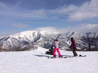 雪の上にスキーに乗っている人のグループ対象斜面の写真・画像素材[1294230]