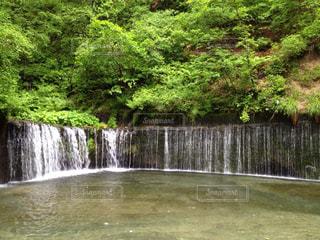 水の体の上の大きな滝の写真・画像素材[1294235]