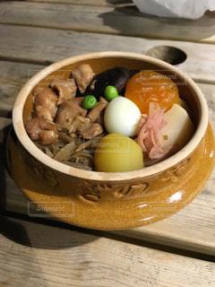 木製テーブルの上に座って食品のボウルの写真・画像素材[1294307]