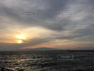 水の体に沈む夕日の写真・画像素材[1294544]