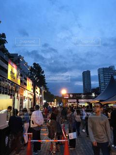 街の通りを歩いている人のグループの写真・画像素材[1295555]