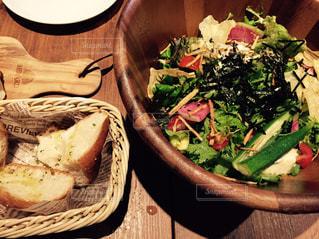 木製テーブルの上に座って食品のボウルの写真・画像素材[1295560]