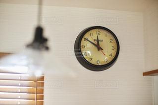 壁に掛かっている時計の写真・画像素材[1295562]