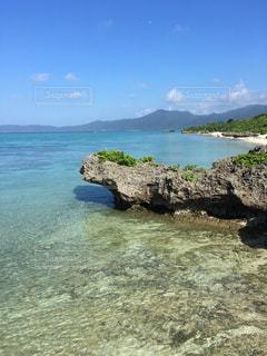 水の体の横にある岩の海岸の写真・画像素材[1295688]