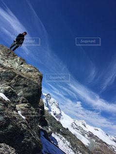 雪に覆われた山の上に鳥が止まってください。の写真・画像素材[1299187]