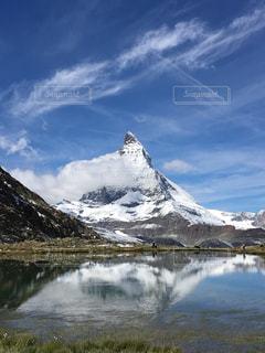 雪に覆われた山の写真・画像素材[1299198]