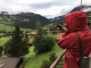 山の前に立っている人の写真・画像素材[1299199]