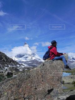 山の前に立っている男の写真・画像素材[1307747]