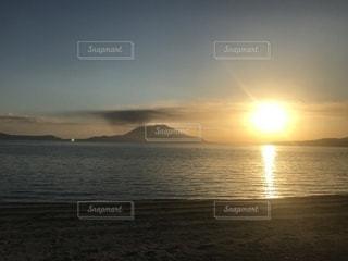 水の体に沈む夕日の写真・画像素材[1644266]