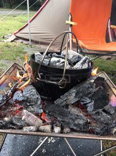 焚き火台で作るダッチオーブン料理の写真・画像素材[1294054]