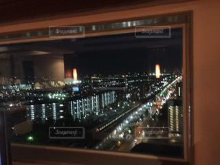 夜のライトアップされた街の写真・画像素材[1294779]