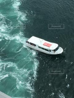 水の体のサーフィン ボードに乗る人の写真・画像素材[1295660]
