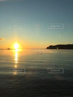 太平洋から登る太陽の写真・画像素材[1296314]