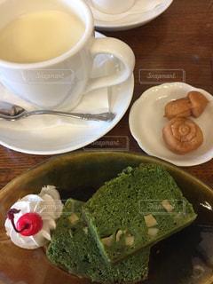 ホット豆乳と豆乳入り抹茶パウンドケーキの写真・画像素材[1301252]