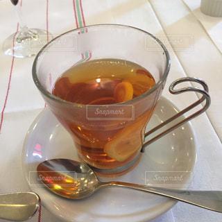 スープとワインのガラスのボウルの写真・画像素材[1301470]