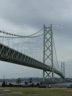 水の体の上を橋を渡る列車の写真・画像素材[1303636]