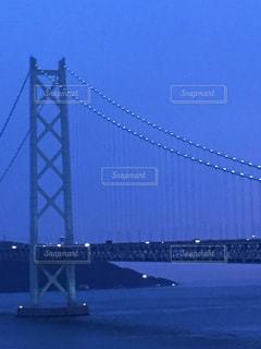 水の体の上の大きな橋の写真・画像素材[1303637]