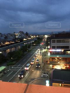 街の通りのビューが大量のトラフィックでいっぱいの写真・画像素材[1303674]