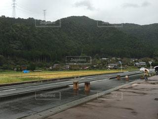 電車が道路の脇に駐車します。の写真・画像素材[1303677]