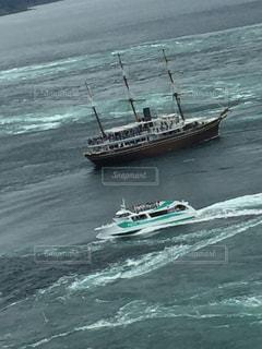 水の体の小さなボートの写真・画像素材[1303684]