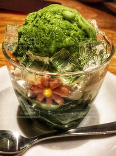 近くのテーブルの上に食べ物をの写真・画像素材[1311007]