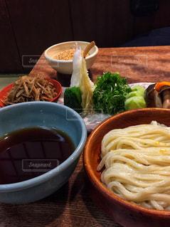 テーブルの上に食べ物の写真・画像素材[1333454]