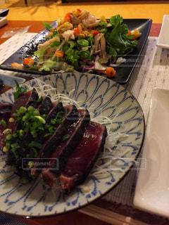 テーブルの上に食べ物のプレートの写真・画像素材[1405931]