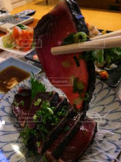テーブルの上に食べ物のプレートの写真・画像素材[1405940]