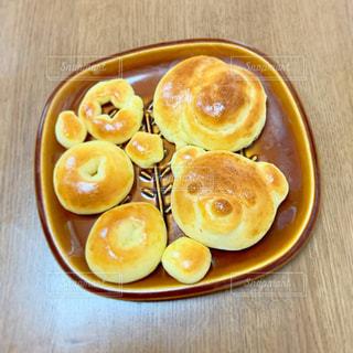 木製のテーブルの上に食べ物の皿の写真・画像素材[2925571]