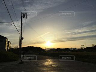 街に沈む夕日の写真・画像素材[1295256]