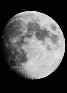 近くに月のアップの写真・画像素材[1295373]