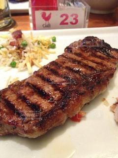 肉と野菜をトッピング白プレートの写真・画像素材[1295859]