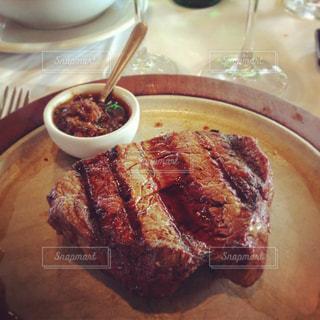 アルゼンチンのレストランの美味しそうなステーキの写真・画像素材[1295861]