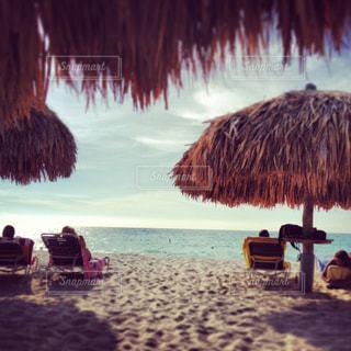 近くのビーチに傘のアップの写真・画像素材[1313079]