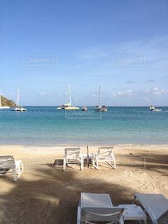 砂浜の上に座っての芝生の椅子のカップルの写真・画像素材[1317296]