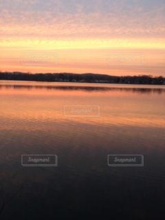 湖に沈む夕日の写真・画像素材[1325080]