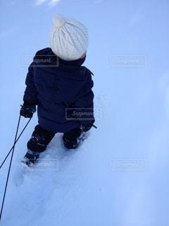 雪に覆われた庭と少年の写真・画像素材[1326480]