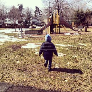 公園で走る少年の写真・画像素材[1326481]