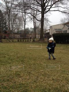 庭に立っている少年の写真・画像素材[1326670]