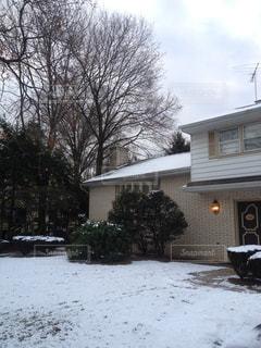 雪に覆われた家の写真・画像素材[1326678]