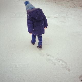 雪の中で立っている少年の写真・画像素材[1326679]