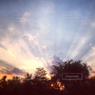 空には雲のグループの写真・画像素材[1328086]