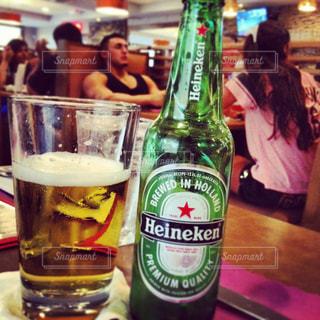 ボトルとテーブルの上のビールのグラスの写真・画像素材[1328530]