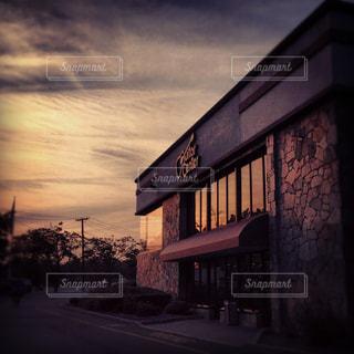 夕日と建物の写真・画像素材[1328536]