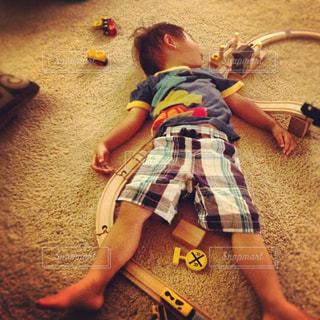 昼寝している小さな男の子の写真・画像素材[1328537]