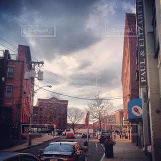近くに忙しい街の通りのの写真・画像素材[1328725]