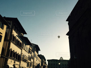 朝焼けの中の気球の写真・画像素材[1295969]